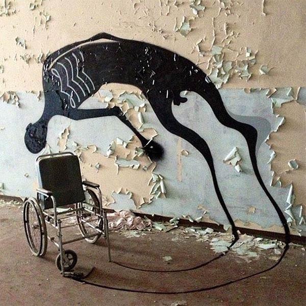 Инвалид свободен в своих мечтах. Тень на стене из инвалидной коляски