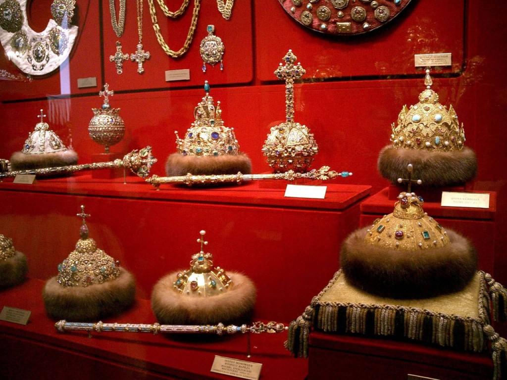 Шапки мономаха, короны, скипетры, державы на полках музея