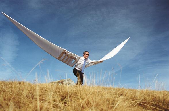 Человек одел большие крылья, готов взлететь