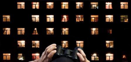 Смотреть в ночные окна в бинколь