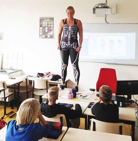 Учитель на себе показывает строение скелета